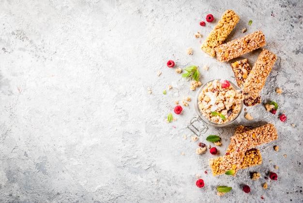 Granola fatta in casa con frutti di bosco e menta