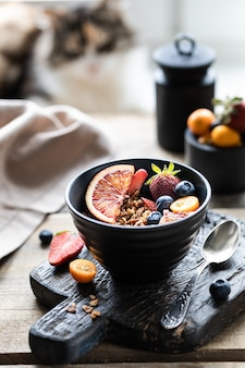 Granola fatta in casa con frutti di bosco freschi