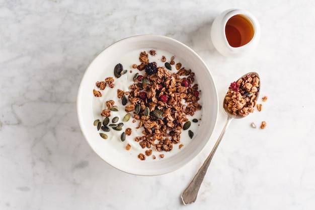 Granola fatta in casa con frutti di bosco