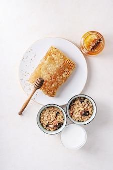 Granola fatta in casa servita con miele