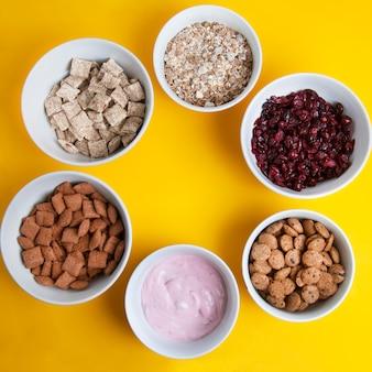 Granola sano o scricchiolio pillole di cioccolato in cerchio.