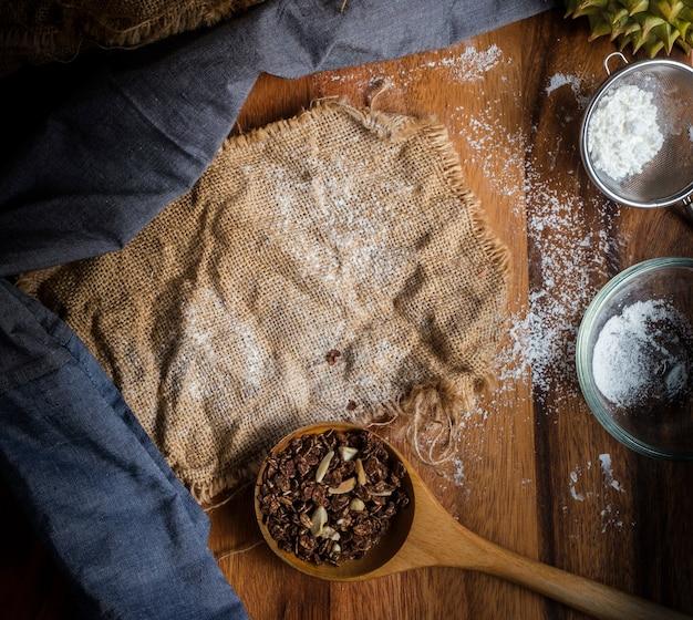 Granola sbriciolato in un cucchiaio di legno