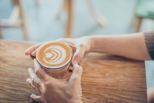 Granos de café en una mesa