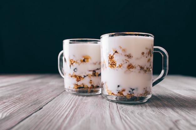 Granuli con yogurt in bicchieri sul tavolo