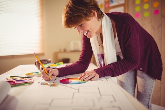 Graphic designer che lavora alla scrivania