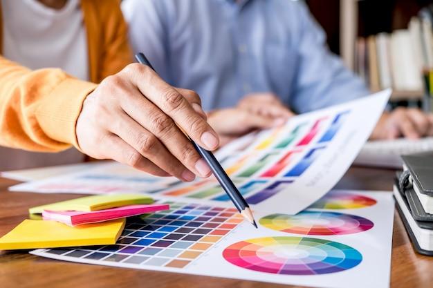Graphic designer che lavora sulla selezione dei colori e sui campioni di colore
