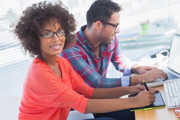 Graphic designer che utilizza una tavoletta grafica nel suo ufficio