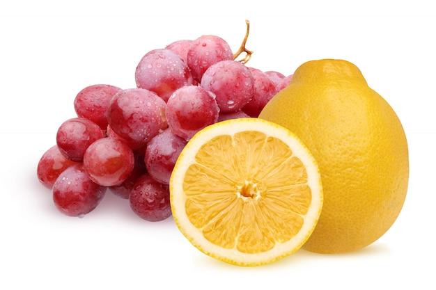 Grappolo d'uva rossa con gocce d'acqua e limone