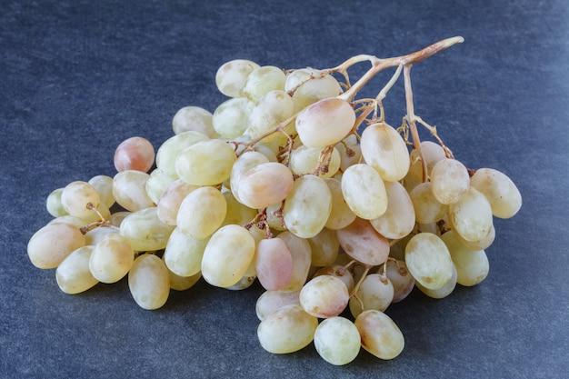 Grappolo d'uva sul pavimento di legno, grappolo d'uva di immagini in diversi concetti. grappoli d'uva naturali, vigneti e uva,