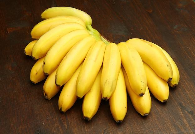 Grappolo di banana su legno