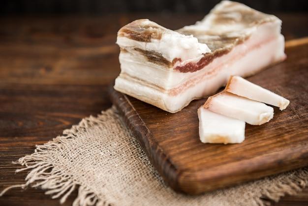 Grasso di maiale salato su legno scuro