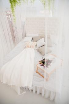 Grata scelta di splendidi abiti di moda appesi a scaffali nel guardaroba della donna. una grande varietà di vestiti scintillanti.