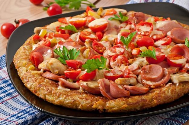 Gratin di patate - pizza con salsiccia, funghi e pomodori