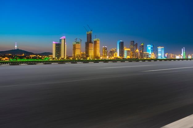 Grattacieli della città di qingdao con piastrelle quadrate vuote