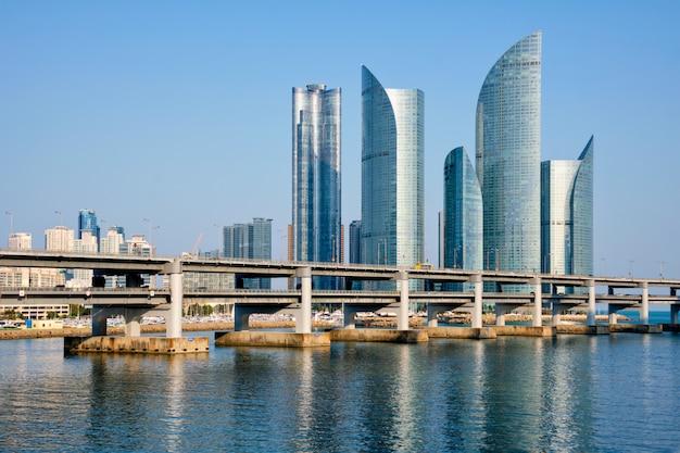 Grattacieli di busan e gwangan bridge, corea del sud