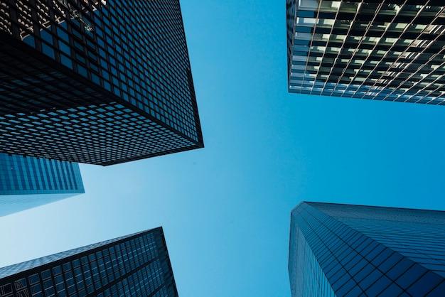 Grattacieli e chiaro cielo blu