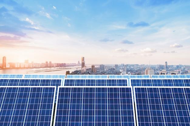 Grattacieli e pannelli solari, paesaggio della città della cina nanchang.