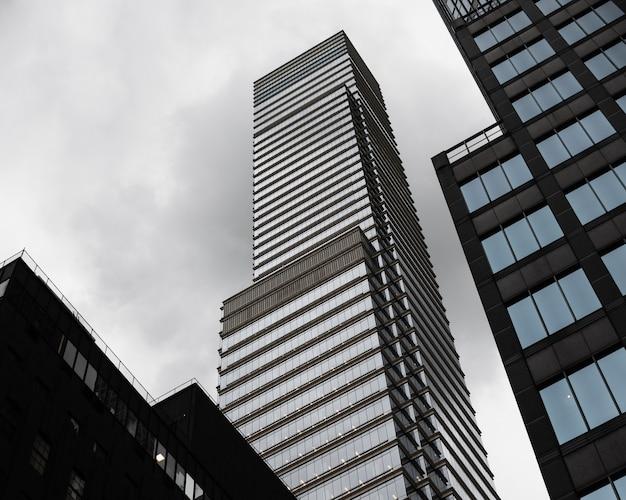 Grattacieli moderni a basso angolo