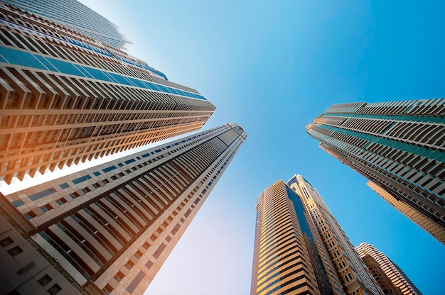 Grattacielo contro il cielo. vetro da costruzione