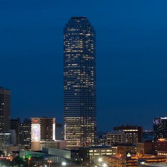 Grattacielo illuminato di notte, victory park, dallas, texas, usa
