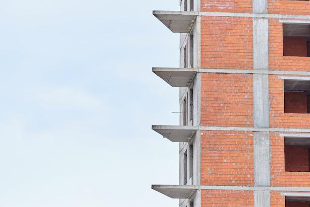 Grattacielo in costruzione contro il cielo con lo spazio della copia