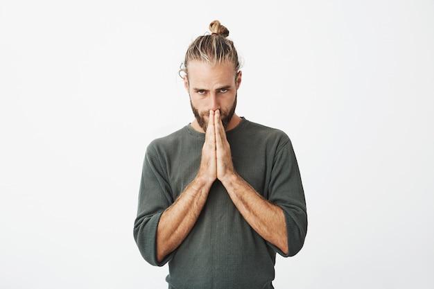 Grave ragazzo svedese maturo che si sente estremamente in colpa, chiedendo di perdonare