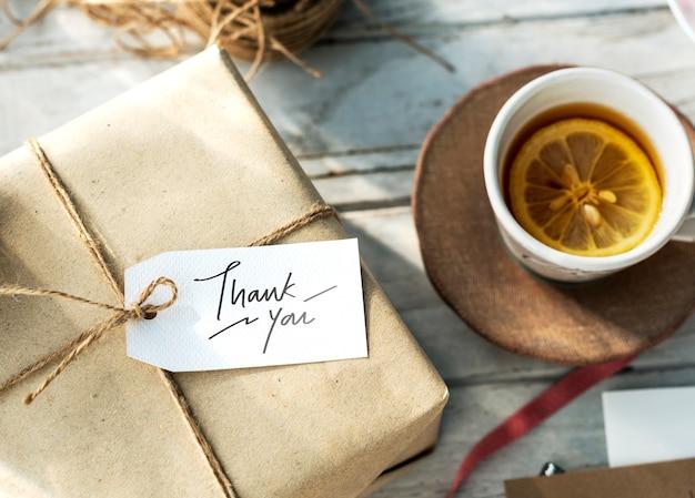 Grazie tag su una confezione regalo