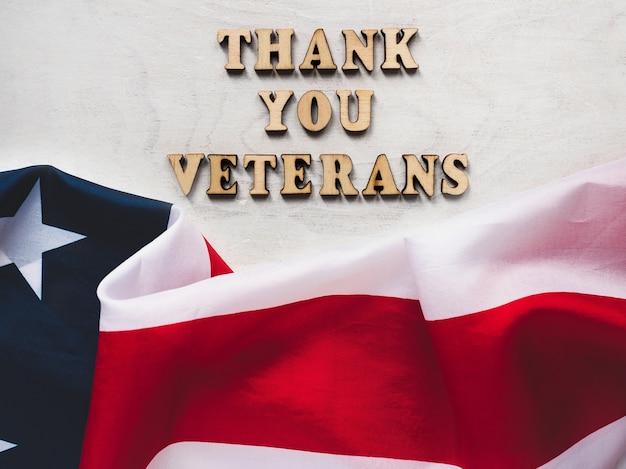 Grazie veterani. frase di congratulazioni. primo piano, vista dall'alto. concetto di festa nazionale. congratulazioni a famiglia, parenti, amici e colleghi