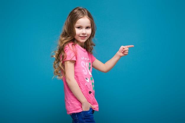Graziosa bambina in maglietta con i capelli castani