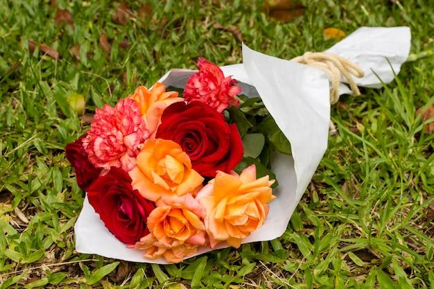 Grazioso bouquet di rose rosse e arancioni