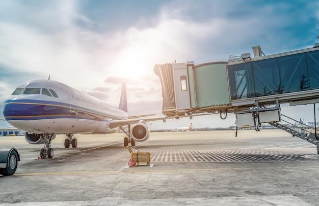 Grembiule e aereo passeggeri della pista dell'aeroporto