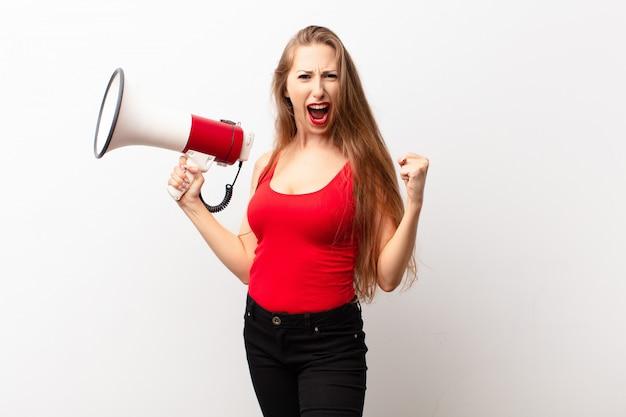 Gridando in modo aggressivo con un'espressione arrabbiata o con i pugni serrati per celebrare il successo