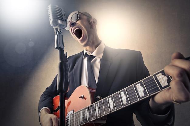 Gridando nel microfono