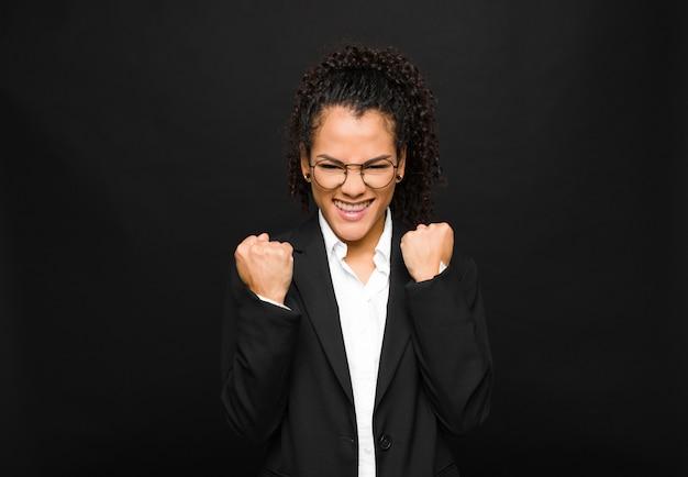 Gridando trionfante, ridendo e sentendosi felice ed eccitato mentre celebra il successo