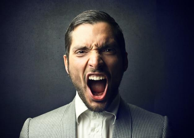 Gridando uomo arrabbiato