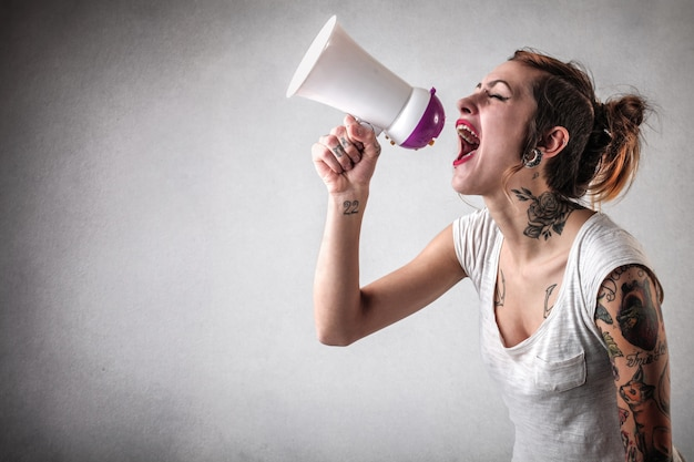 Gridare un messaggio in un megafono
