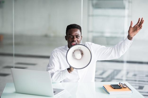 Grido dell'uomo d'affari che urla tramite un megafono nell'ufficio