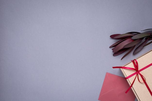 Grigio con buste regalo e confezione regalo