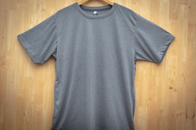Grigio t-shirt t-shirt pianura girocollo mock up idea idea in legno sul retro terra vista frontale