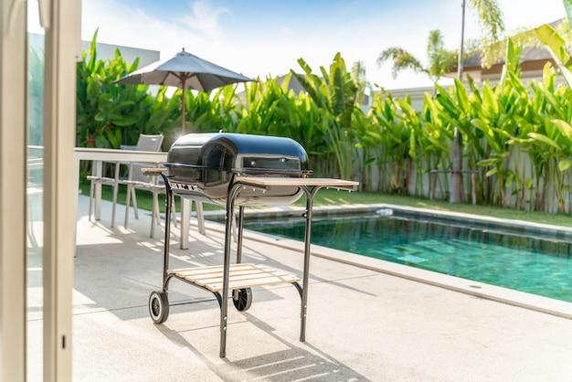 Griglia del barbecue in ville con piscina