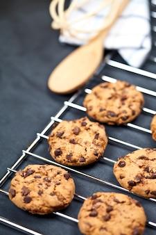 Griglia di cottura con biscotti al chokolate.