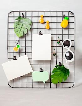 Griglia metallica con accessori e carte per citazioni di ispirazione.