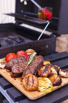 Grigliare la carne con verdure grigliate