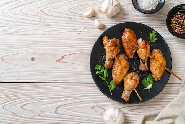 Grigliata di ali di pollo barbecue con pepe e aglio