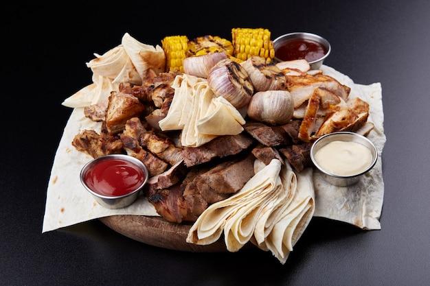 Grigliata mista di carne alla griglia con verdure.