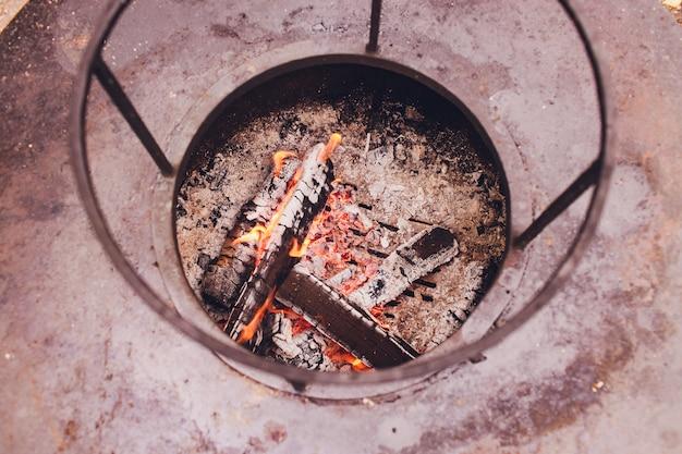 Griglie di cottura in ghisa sporche su griglia a gas da esterno a 6 fuochi.