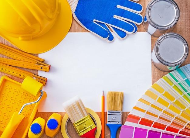 Groppa degli oggetti della riparazione e della pittura sul concetto pulito della costruzione del foglio di carta