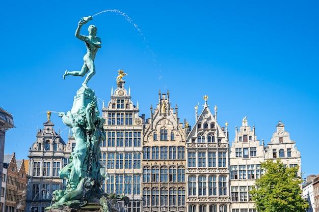 Grote markt con le costruzioni del punto di riferimento a anversa, belgio