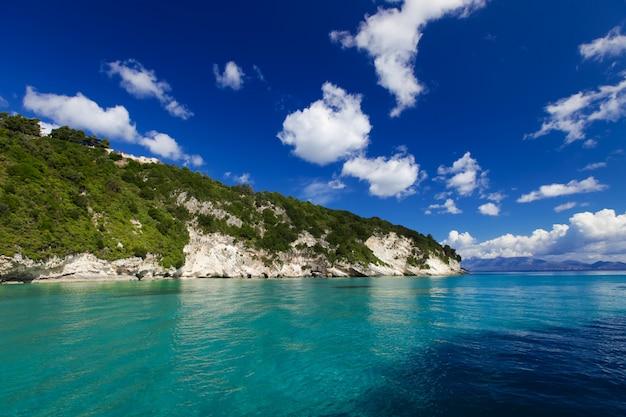 Grotte blu lungo la riva di zante
