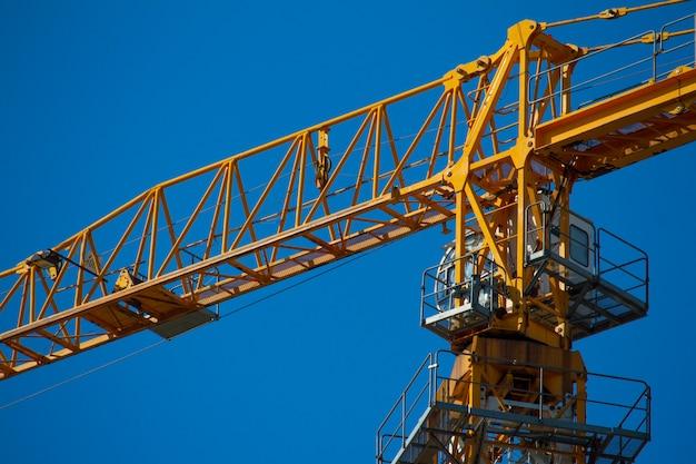 Gru a torre gialla che lavora ad una nuova costruzione